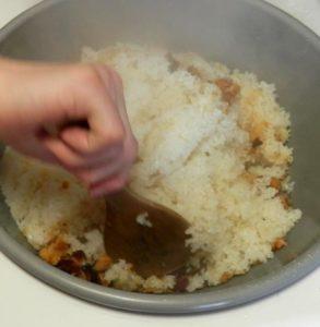 もち米をほぐします(栃餅)