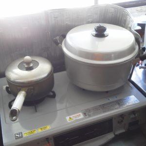 蒸し器に湯を沸かしています