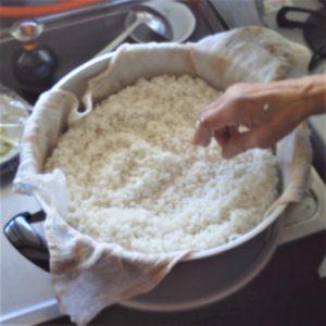 蒸し器にもち米を入れる