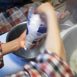 塩を豆餅に入れる