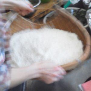 ソーケにもち米を上げています
