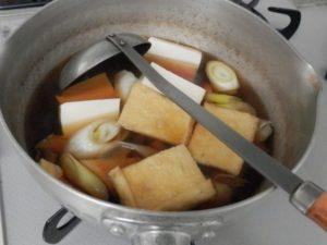 雑煮の具を煮ているところ